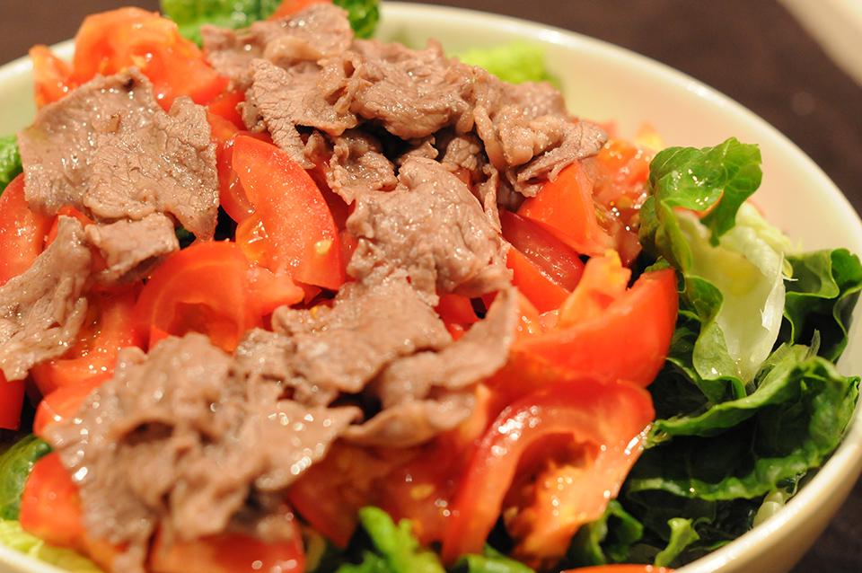 煎肉片的生菜沙拉