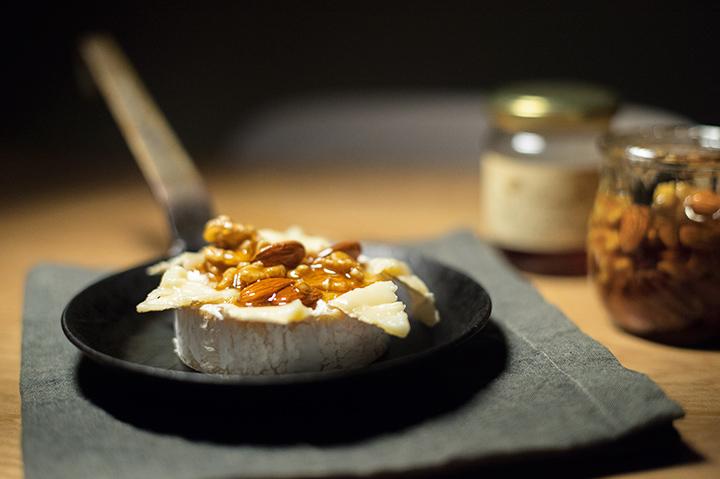 烤布里起司(baked brie cheese)佐蜂蜜漬堅果