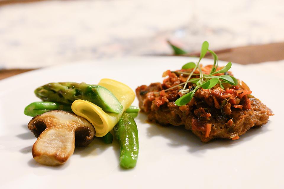 肋排佐蔬菜辣味肉醬配溫沙拉