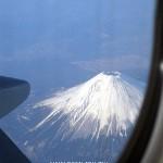 從飛機右側靠窗座位俯視富士山