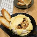 烤布里起司(baked brie cheese)佐綜合堅果與長棍